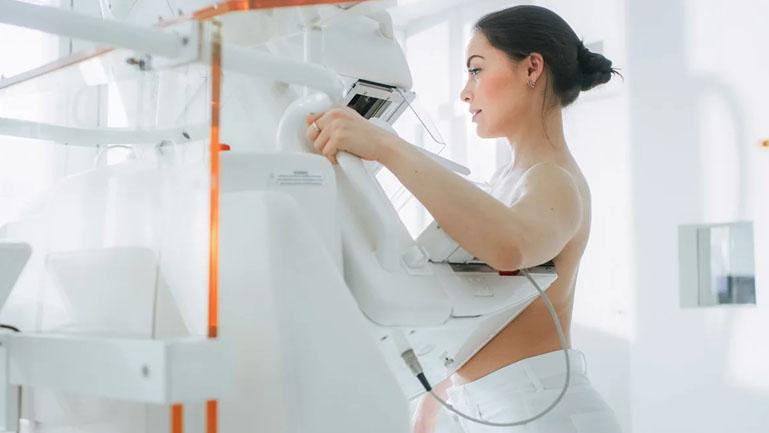 Mulher realizando uma mamografia