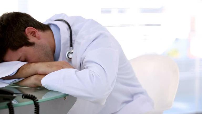 Médico descansando.