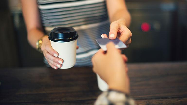 Pessoa realizando pagamento com cartão em um comércio